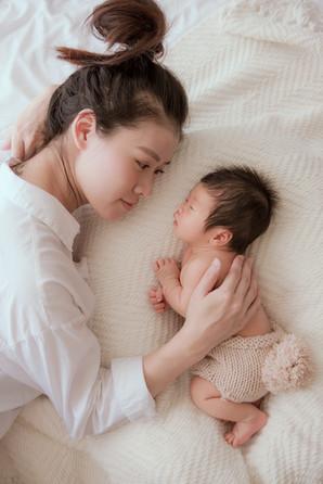 看著寶寶小小的身驅,媽媽的眼神綻放出母性的光采,攝師影將這一刻的溫柔流存為永恒的記憶。