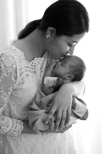 親觸寶寶稚嫩的臉龐,無處不在訴說著母子連心的愛。