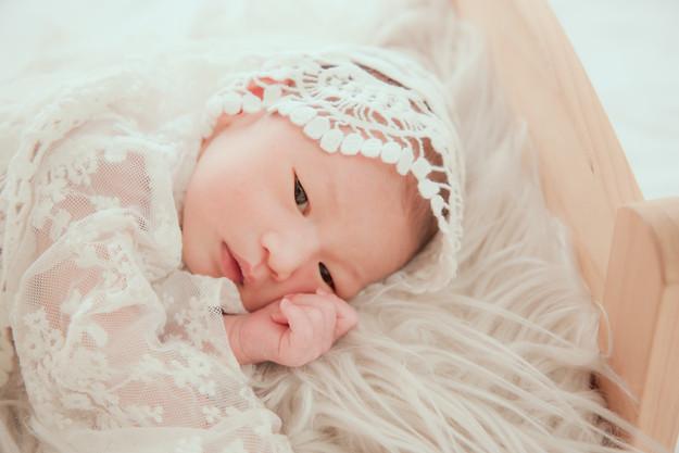 舒服的小床上,寶寶靜謐的躺著,清澈的瞳孔,印照出無限的未來。