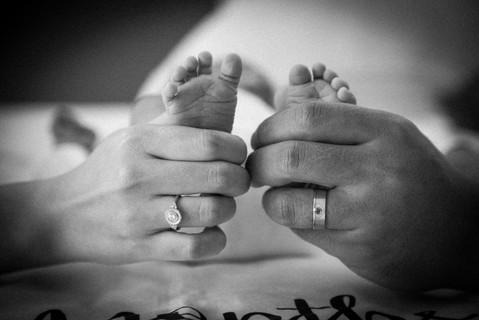 爸爸媽媽攜手呵護那細嫩的小腳ㄚ,將寶寶一步步的拉拔長大;攝影師用單純的黑白灰來記錄這一份緊密連結。