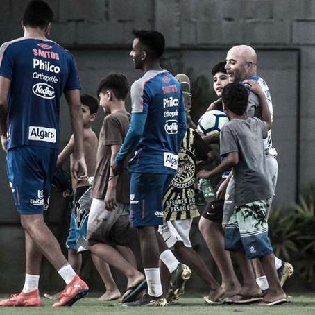 Gol de placa: Sampaoli convida crianças que viam treino do Santos em árvores para jogar bola no CT