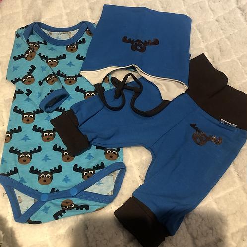 Gavesett til baby i blått med brunt - elgemotiv