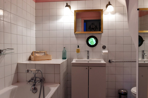Le Mas Méjean - St Rémy de Provence - Pink bathroom - bath sink and toilet