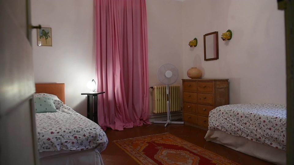 Le Mas Méjean - St Rémy de Provence - bedroomLe Mas Méjean - St Rémy de Provence - pink bedroom kids single beds