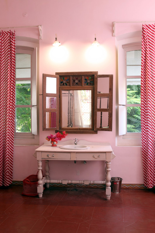 Bathroom pink room familly Bed and Breakfast Holy Chic homes la vie en rose pondicherry india interior design style french quarters colonial architecture true vintage traditional agathe lazaro