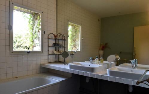 Le Mas Méjean - St Rémy de Provence - Green bathroom with large bath and two sinks