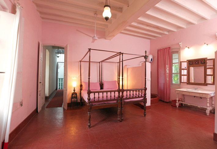 Pink bedroom double bed cot familly room Bed and Breakfast Holy Chic homes la vie en rose pondicherry india interior design style french quarters colonial architecture true vintage traditional agathe lazaro