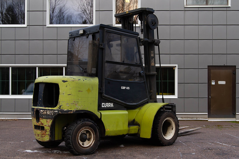 Vuokrattava Dieseltrukki Clark C45 takaa oikealta