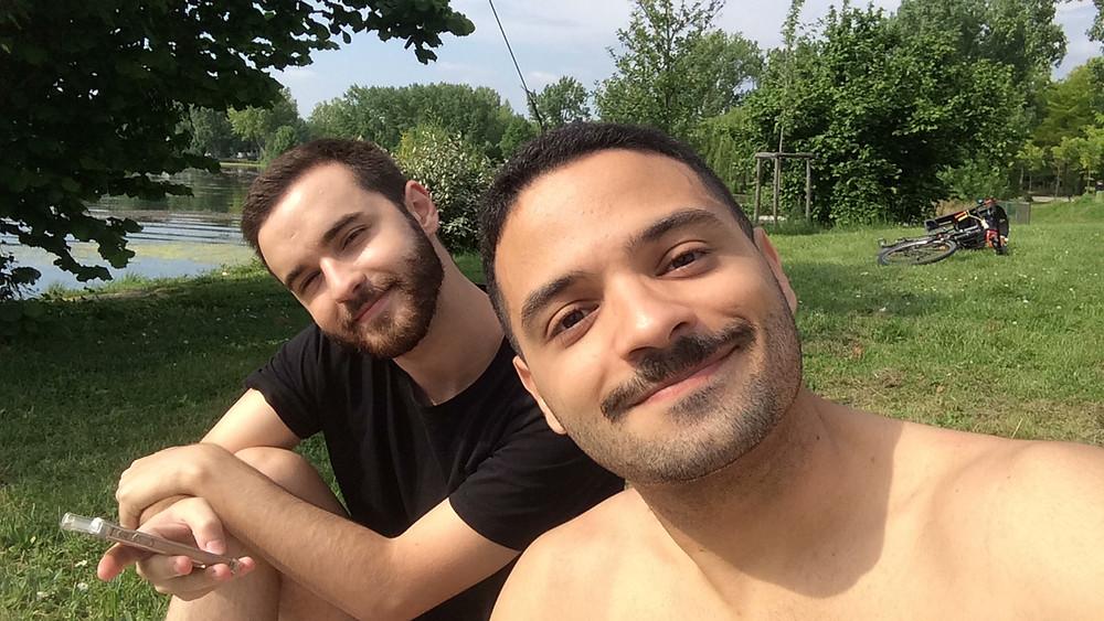 Matheus e Igor num parque em Toulouse