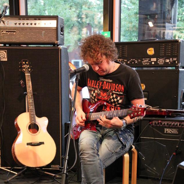 Simon-McBride-spielt-Live-bei-uns-682x10