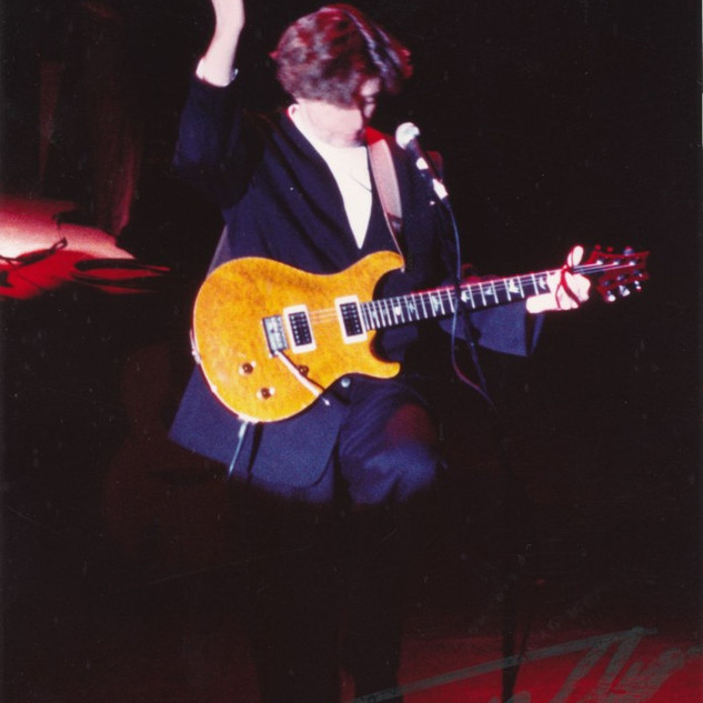 Tony-Hicks-mit-dem-No.1-Gurt-live-on-sta