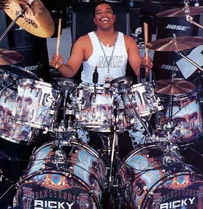 Ricky-Lawson-mit-Drumset.jpg