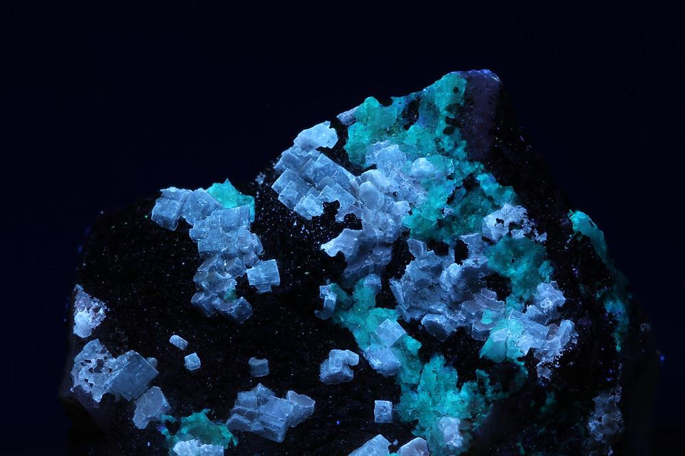 Fluorescent (violet) caracolite under SW