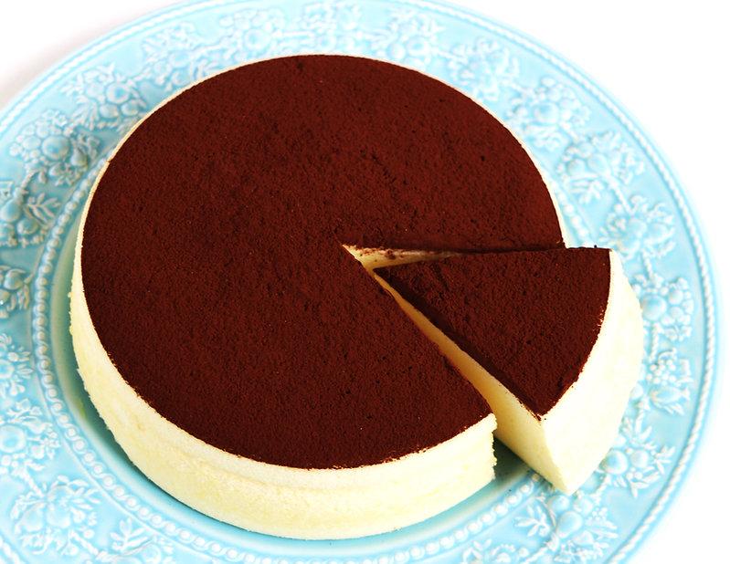 養生蛋糕 - 可可檸檬舒芙蕾蒸蛋糕《天下雜誌》譽為【平價頂級舒芙蕾】。無奶油,無牛奶,無添加,採用台東在地整顆雞蛋、台東當季檸檬,全程100℃低溫炊蒸,創造出法式SOUFFLÉ的空氣感輕盈軟嫩,新鮮檸檬帶來迷人的酸香,與上白糖融合成為高雅的酸甜滋味,再撒上巧克力界愛馬仕:頂級法國VALRHONA可可,入口的瞬間,就已說服老饕味蕾。by台東自然食尚