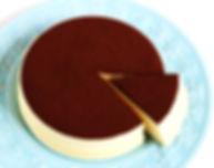 無添加養生蛋糕 - 可可檸檬舒芙蕾蒸蛋糕《天下雜誌》譽為【東方舒芙蕾】。無奶油,無牛奶,無添加,採用台東在地整顆雞蛋、台東當季檸檬,全程100℃低溫炊蒸,創造出法式SOUFFLÉ的空氣感輕盈軟嫩,新鮮檸檬帶來迷人的酸香,與上白糖融合成為高雅的酸甜滋味,再撒上巧克力界愛馬仕:頂級法國VALRHONA可可,入口的瞬間,就已說服老饕味蕾。by台東自然食尚