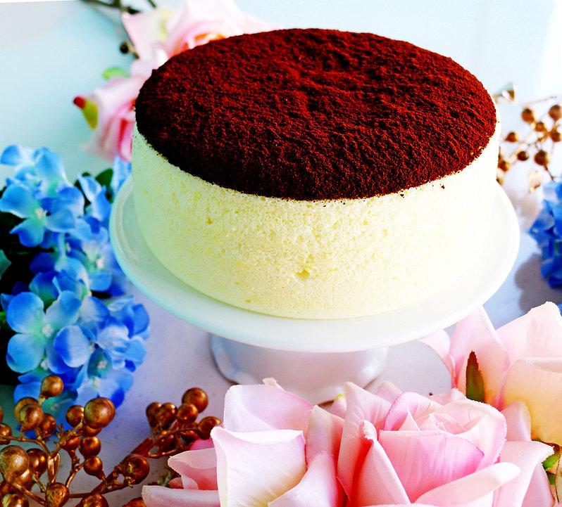 養生蛋糕 - 可可檸檬舒芙蕾蒸蛋糕《天下雜誌》譽為【東方舒芙蕾】。無奶油,無牛奶,無添加,採用台東在地整顆雞蛋、台東當季檸檬,全程100℃低溫炊蒸,創造出法式SOUFFLÉ的空氣感輕盈軟嫩,新鮮檸檬帶來迷人的酸香,與上白糖融合成為高雅的酸甜滋味,再撒上巧克力界愛馬仕:頂級法國VALRHONA可可,入口的瞬間,就已說服老饕味蕾。by台東自然食尚