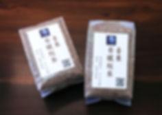 台灣紅藜的品種未經過純化,濃淡深淺可表現出十多種顏色,常見的有紅色、紅紫色、深粉紅、橘色、黃色、褐色、黑色等。紅藜的外殼,其實是紅藜花。所以帶殼紅藜是「花包覆著種子」,而脫殼紅藜是「紅藜的種子」。