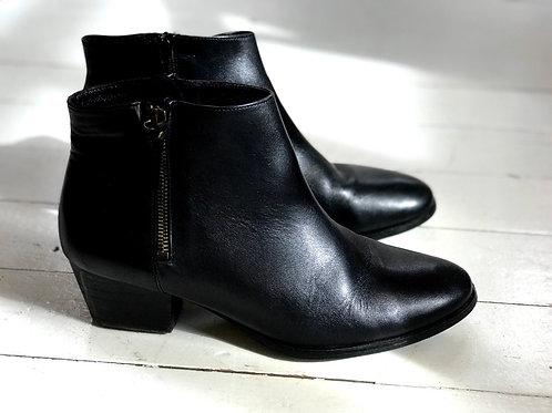 Minnelli Black Boots with Zipper
