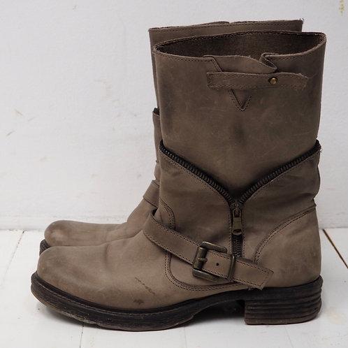 ESTROSA Distressed Zip Boots