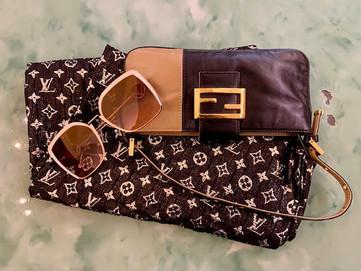 Borsetta e occhiali Fendi; sciarpa Louis Vuitton.