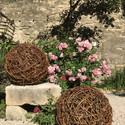 Sphères en osier entrelassé  diamètre 60 cm décoration au jardin médiéval d'Uzès (30)