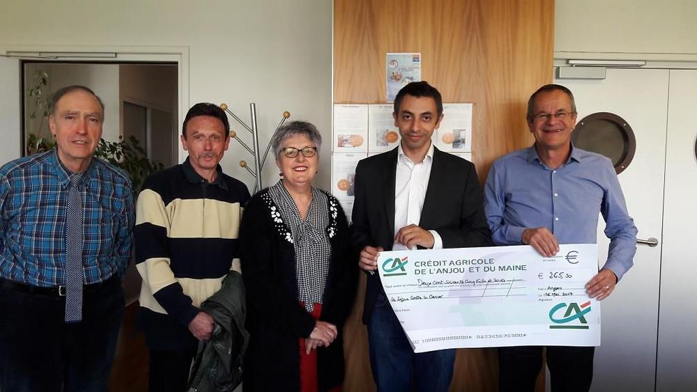 Les membres de l'association Pour Rire ont remis à Angers un don aux représentants du comité départemental de La Ligue contre le cancer