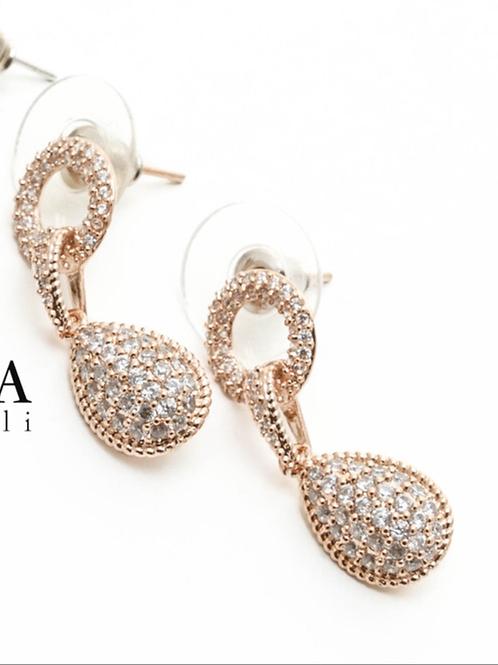 Fe8603 Κρεμαστά σκουλαρίκια με λεπτά κρυσταλλάκια σε χρυσό χρώμα.
