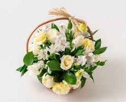 Cesta Condolências com rosas brancas e astromélias