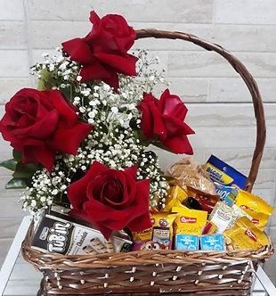 Cesta de café da manhã com rosas importadas