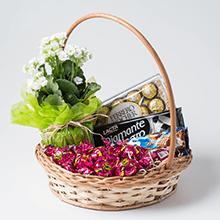 Cesta com flores e chocolates