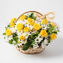 Cesta com rosas amarelas e margaridas