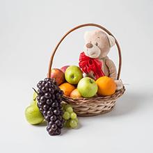 Cesta com frutas e pelúcia
