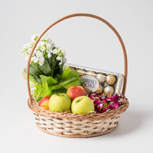 Cesta de frutas,chocolates e flores