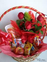 Cesta de café da manhã com flores 4