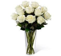 Arranjo condolências com rosas brancas no vidro