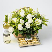 Cesta com 20 rosas brancas , chocolates e vinho