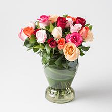Arranjo com 24 rosas mistas no vidro