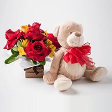 Cachepô com rosas, astromélias e pelucia