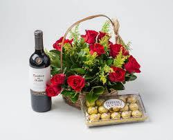 Cesta com 15 rosas vinho e chocolate
