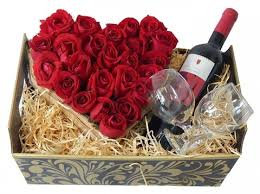 Cesta romântica com rosas e vinho