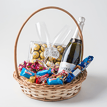Cesta com vinho e chocolates