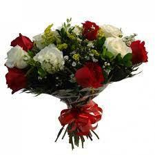 Buque Class 12 rosas vermelhas e brancas