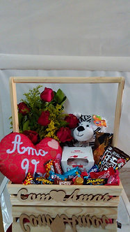 Cesta Com Amor de chocolates , flores e Pelúcias