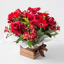 Cachepô com gerberas e rosas vermelhas
