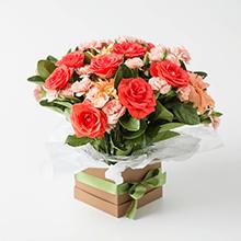 Cachepô com rosas laranjas e astromélias