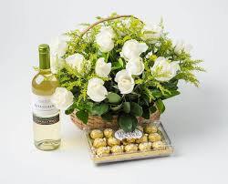 Cesta com rosas brancas chocolate e vinho