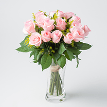 Arranjo com 18 rosas carícias no vidro