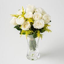 Arranjo com 15 rosas brancas no vidro