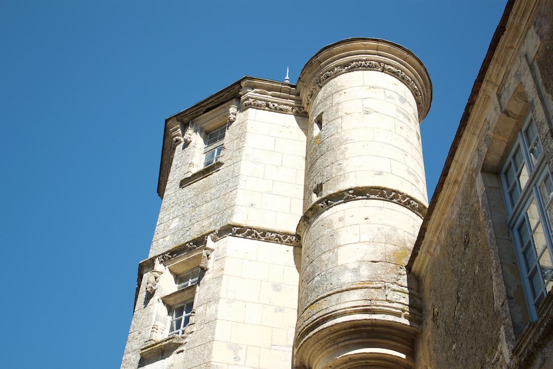 La tour sur fond bleu