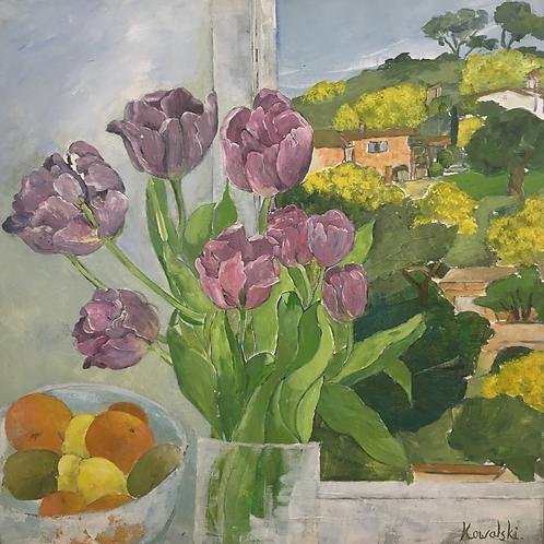 Les tulipes mauves dans la cuisine
